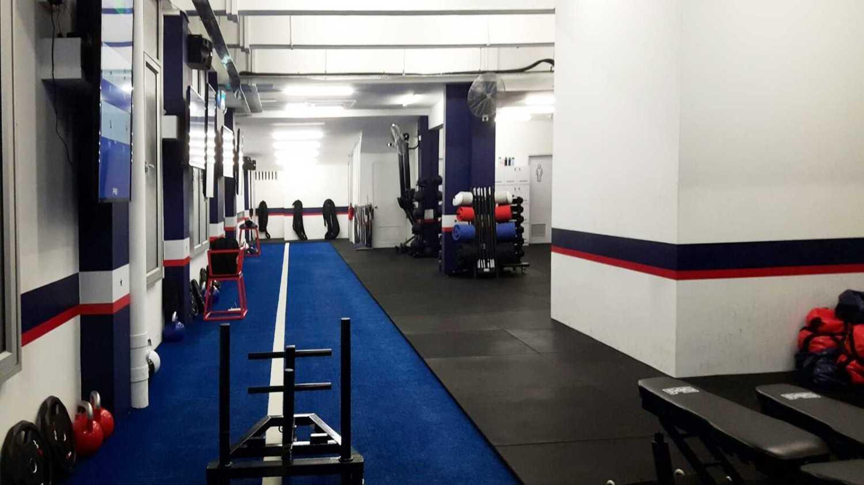Foto inspirasi ide desain gym modern F45 training at tiong bahru, singapore oleh Minimmax Interiors Pte Ltd di Arsitag