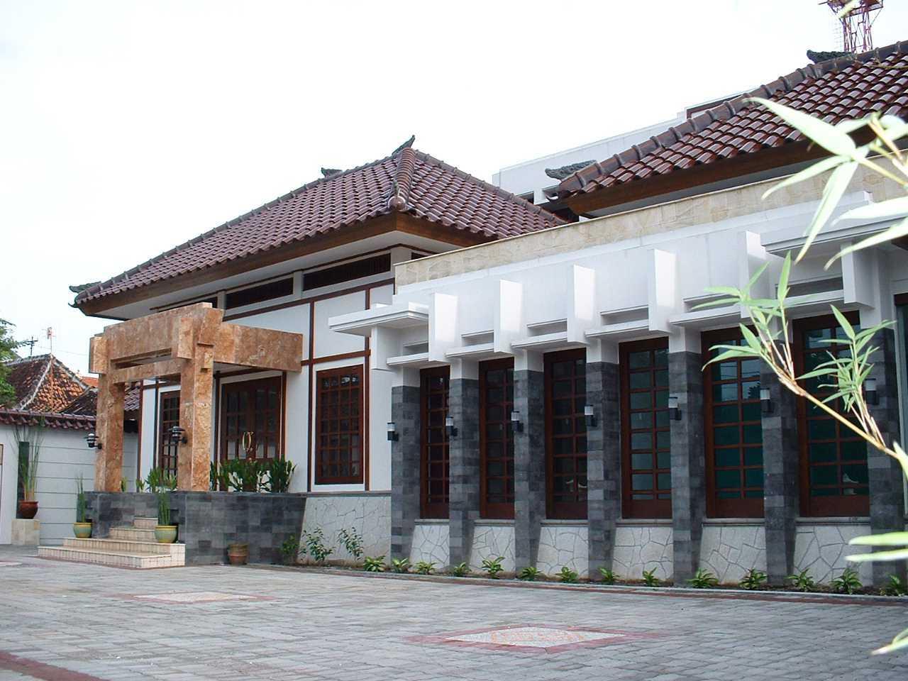 Foto inspirasi ide desain exterior asian Exterior oleh Vastu Cipta Persada di Arsitag