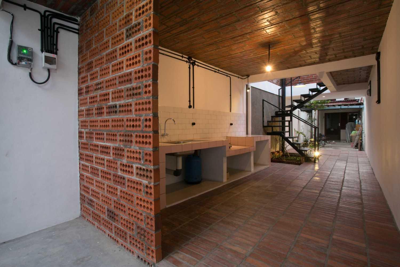 Foto inspirasi ide desain dapur skandinavia Kitchen area oleh WEN Urban Office di Arsitag