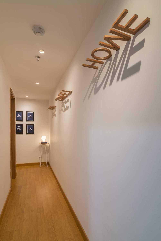 Foto inspirasi ide desain koridor dan lorong skandinavia Corridor oleh Koerie Design di Arsitag
