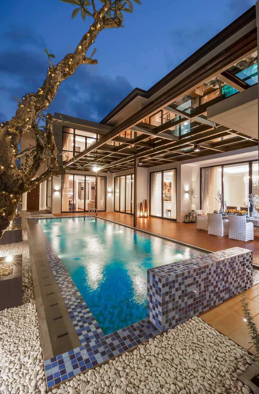 Foto inspirasi ide desain kolam klasik Decking-pool-malam oleh PT DEKORASI HUNIAN INDONESIA di Arsitag