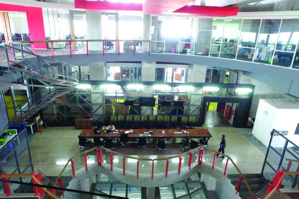 Foto inspirasi ide desain lobby industrial Tempo building - working area oleh Kotak Design di Arsitag