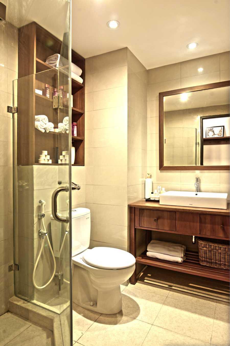 Foto inspirasi ide desain kamar mandi skandinavia Pasar baru mansion - bathroom oleh Pureline Living di Arsitag