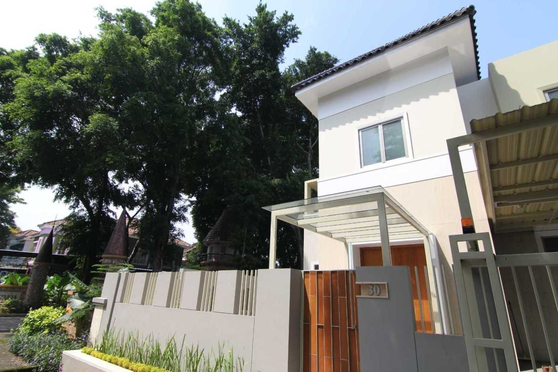Sony Budiono & Partner Architect Firm O Residence Bencongan, Klp. Dua, Tangerang, Banten 15810, Indonesia Bencongan, Klp. Dua, Tangerang, Banten 15810, Indonesia Exterior View  42937