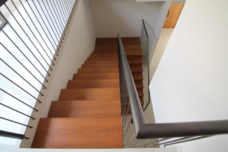 Sony Budiono & Partner Architect Firm O Residence Bencongan, Klp. Dua, Tangerang, Banten 15810, Indonesia Bencongan, Klp. Dua, Tangerang, Banten 15810, Indonesia Stairs View  42942