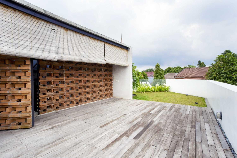 Foto inspirasi ide desain atap tropis Rooftop area oleh Atelier Riri di Arsitag