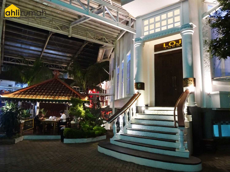 Foto inspirasi ide desain pintu masuk klasik Entrance area oleh ahlirumah.id di Arsitag