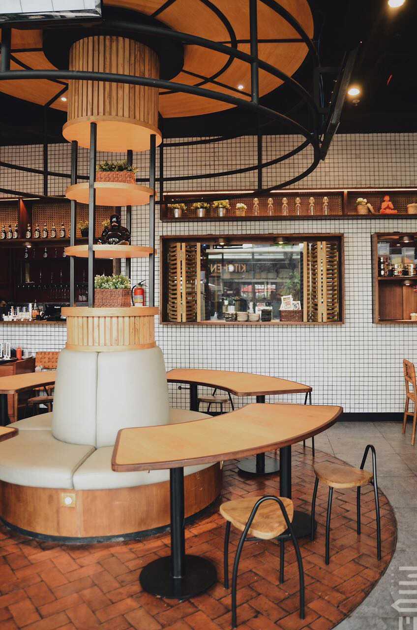 Foto inspirasi ide desain restoran tradisional Seating area restaurant oleh MIVEWORKS di Arsitag