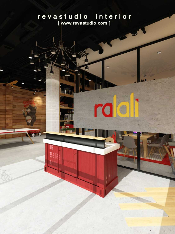 Foto inspirasi ide desain lobby Receptionist area oleh Revano Satria di Arsitag