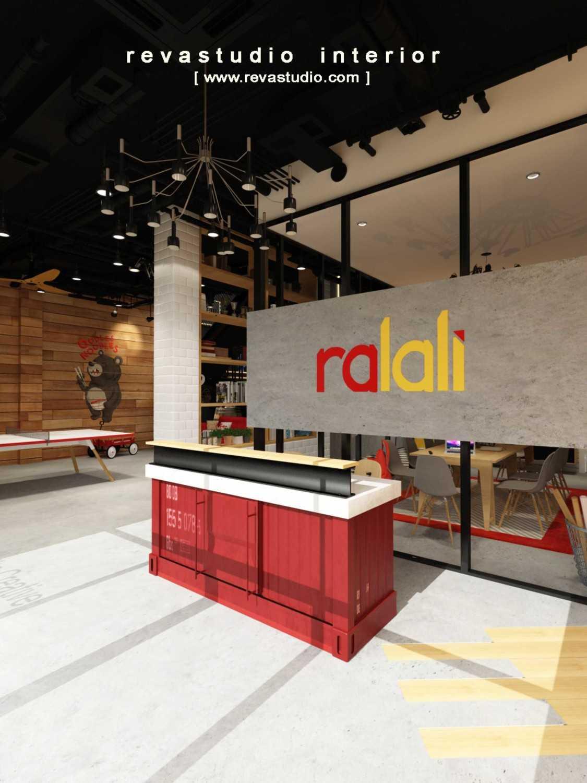 Foto inspirasi ide desain kantor Receptionist area oleh Revano Satria di Arsitag