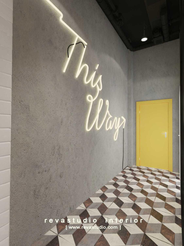 Foto inspirasi ide desain retail minimalis Entrance area oleh Revano Satria di Arsitag