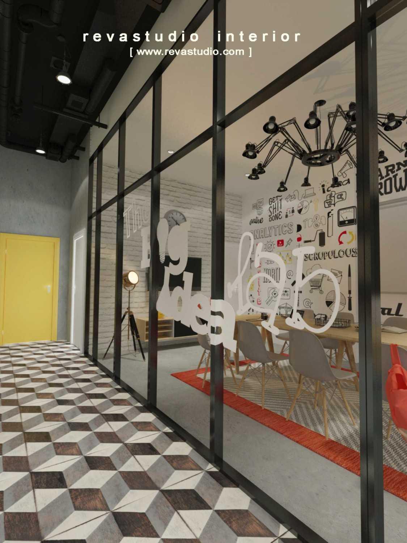 Foto inspirasi ide desain koridor dan lorong Corridor to meeting area oleh Revano Satria di Arsitag