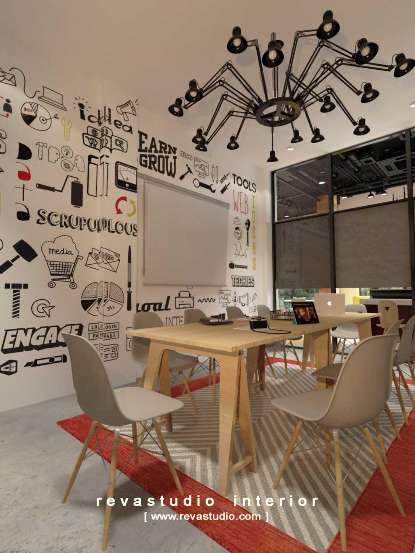Foto inspirasi ide desain ruang meeting Meeting room oleh Revano Satria di Arsitag