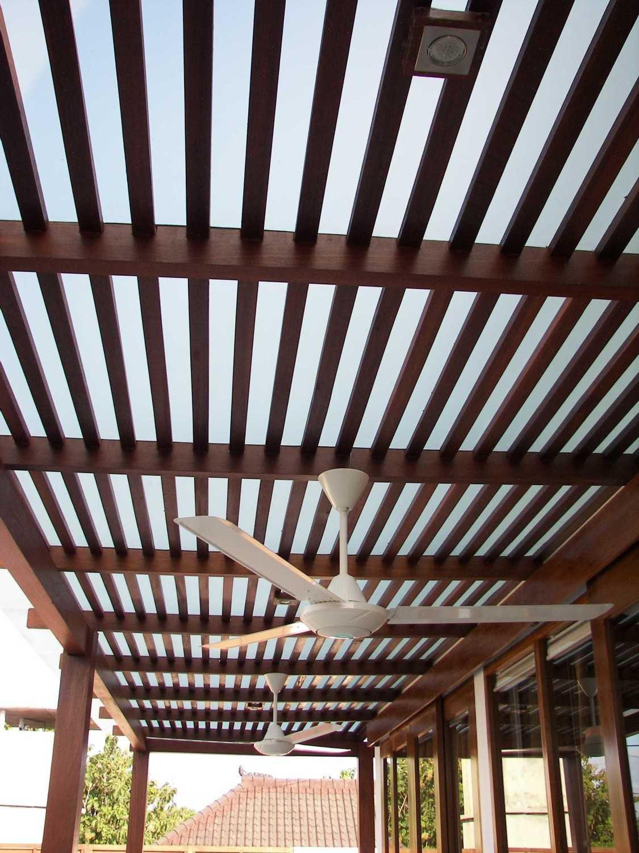 Foto inspirasi ide desain atap tropis Ceiling view oleh Made Dharmendra Architect di Arsitag