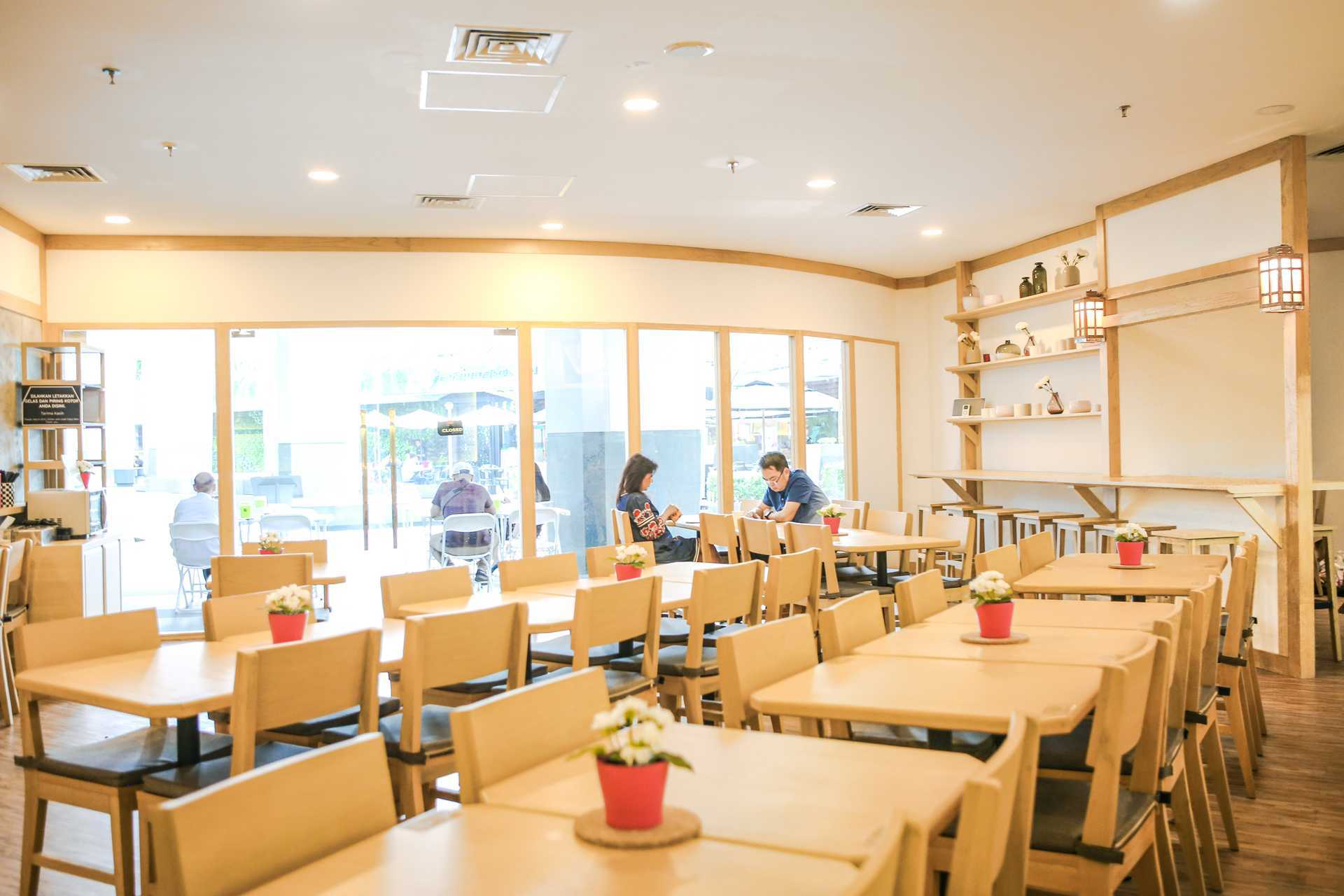 Foto inspirasi ide desain restoran skandinavia Seating area restaurant oleh Design & Build by Fabelio.com di Arsitag