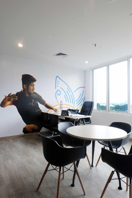 Foto inspirasi ide desain ruang kerja industrial Akatara-rupa-nusantara-inasgoc-head-quarter-for-asian-games-2018 oleh Akatara Rupa Nusantara di Arsitag
