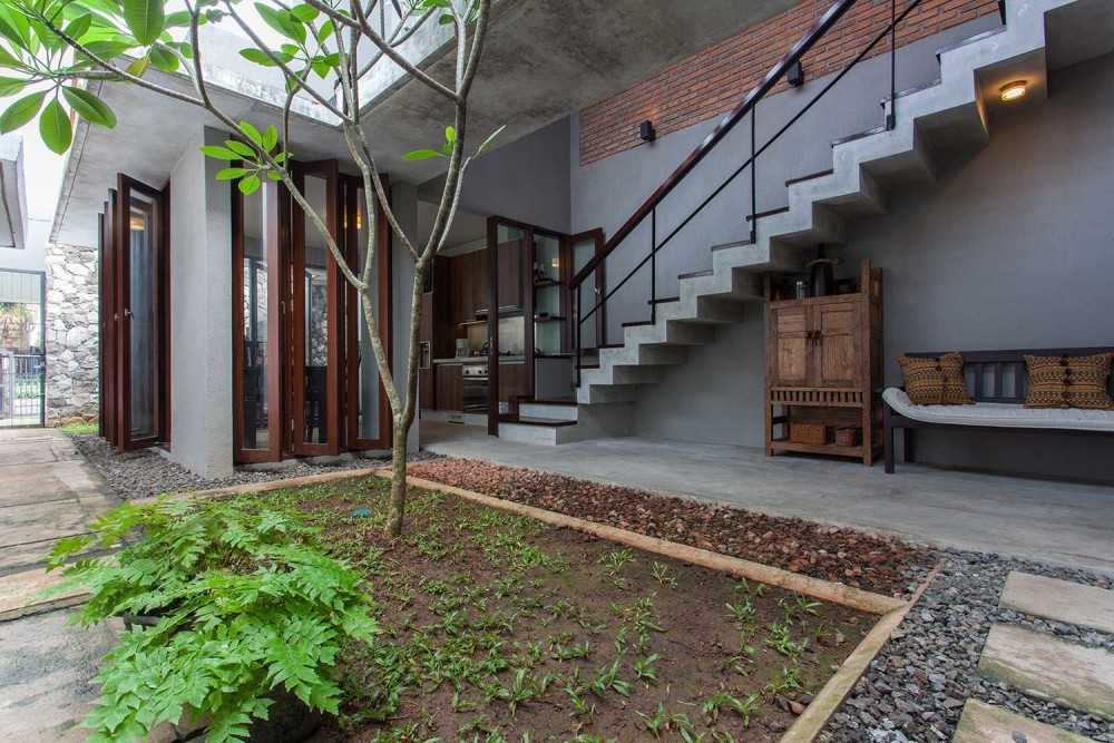 Photo Side Garden Cipete House 7 desain arsitek oleh i n s p i r a t i o - ARSITAG